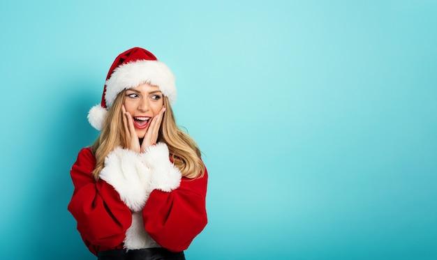 Vrouw die kerstmankostuum draagt, heeft een verrassende uitdrukking