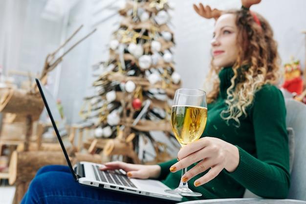 Vrouw die kerstmis alleen doorbrengt