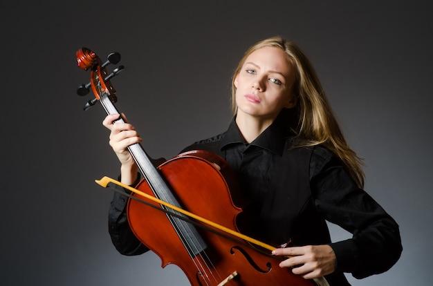 Vrouw die klassieke cello in muziekconcept speelt