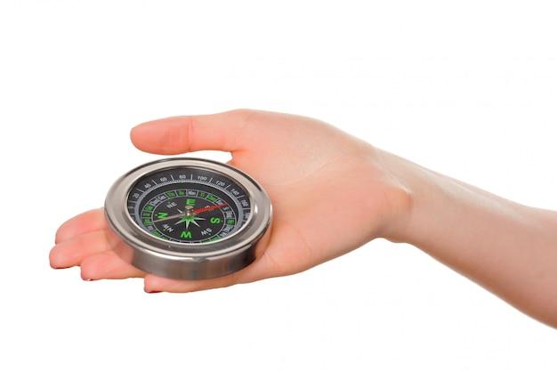 Vrouw die klein kompas houdt. geïsoleerd