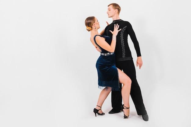 Vrouw die knieën buigt en danspartner aanraakt