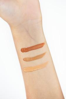 Vrouw die kosmetische producten test