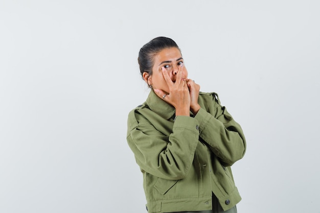 Vrouw die laat zien dat ik hou van je gebaar in jasje, t-shirt en er schattig uitziet.