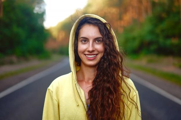 Vrouw die lacht buiten