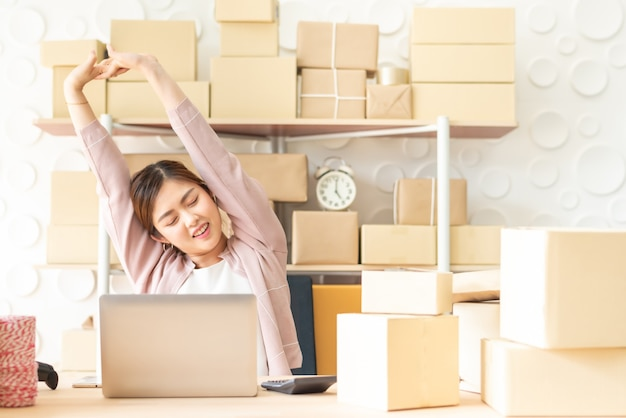 Vrouw die lacht en rust streching na afwerking werk