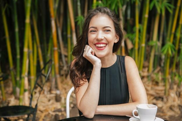 Vrouw die lacht op een tuinterras