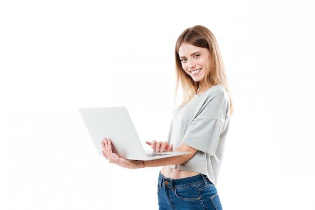 Vrouw die laptop computer met behulp van