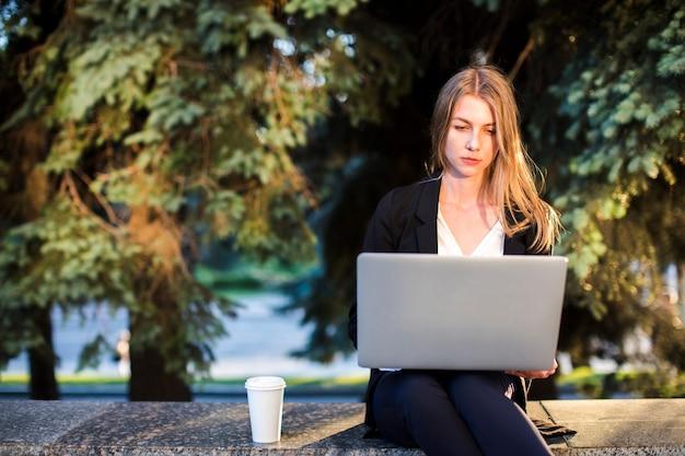 Vrouw die laptop vooraanzicht gebruiken