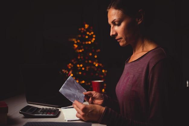 Vrouw die late nacht op het huiskantoor werkt