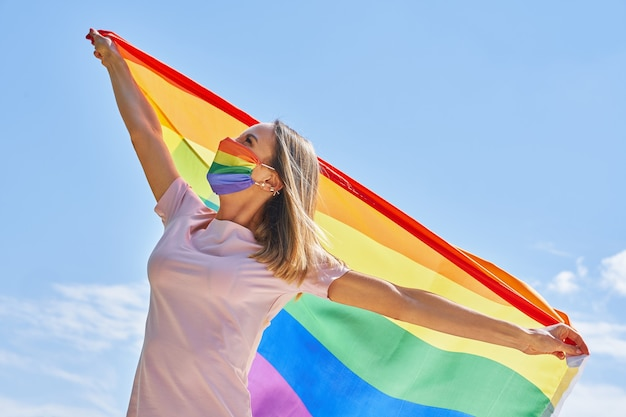 Vrouw die lgbt-vlag buiten draagt. hoge kwaliteit foto