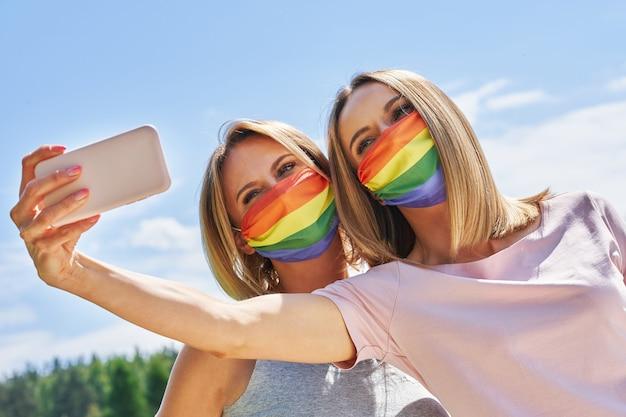 Vrouw die lgbt-vlag draagt die buiten selfie neemt. hoge kwaliteit foto