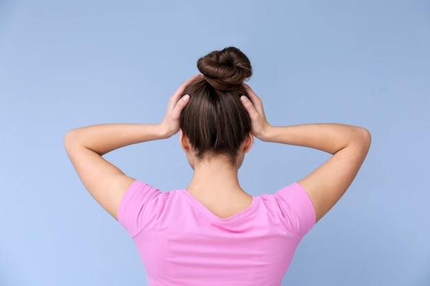 Vrouw die lijdt aan hoofdpijn