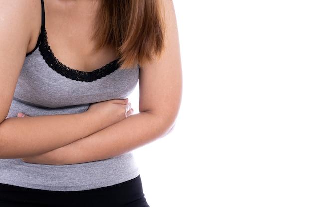 Vrouw die lijdt aan maagpijn en letsel geïsoleerde witte achtergrond. gezondheidszorg en medisch concept.