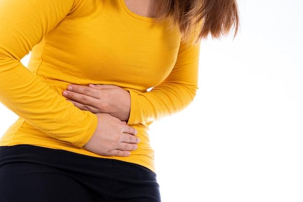 Vrouw die lijdt aan maagpijn en letsel geïsoleerde witte achtergrond