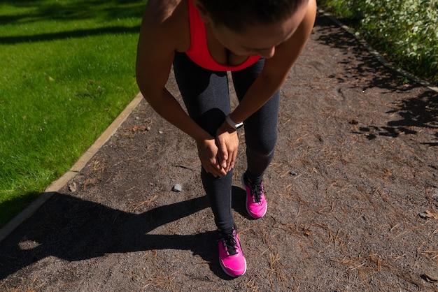 Vrouw die lijdt aan pijn in het been na het hardlopen. knieblessure. gewrichtsontsteking