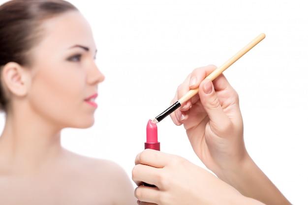 Vrouw die lippenstift toepast