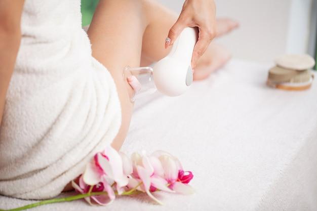 Vrouw die lpg-massage voor huidzorg in huis krijgt.