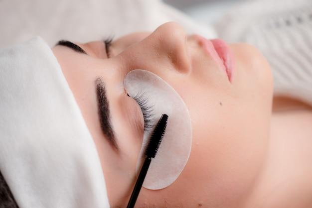 Vrouw die mascara op haar lange wimpers toepast