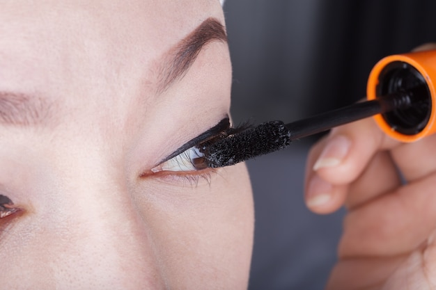 Vrouw die mascara op haar wimpers toepast
