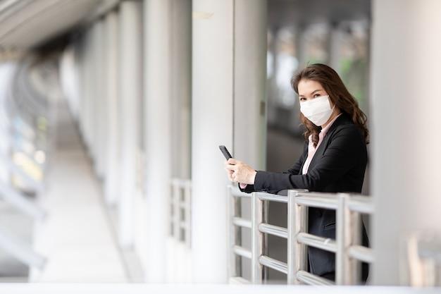 Vrouw die masker in het lopen draagt.