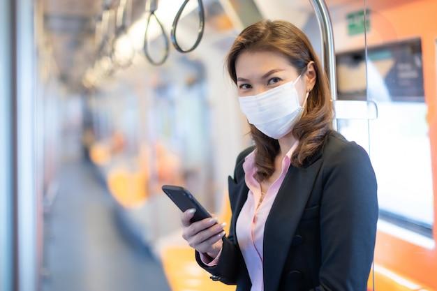 Vrouw die masker in metro draagt.