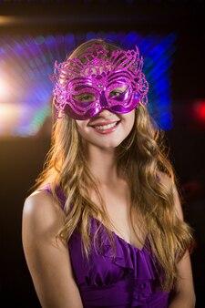 Vrouw die maskerade in bar draagt