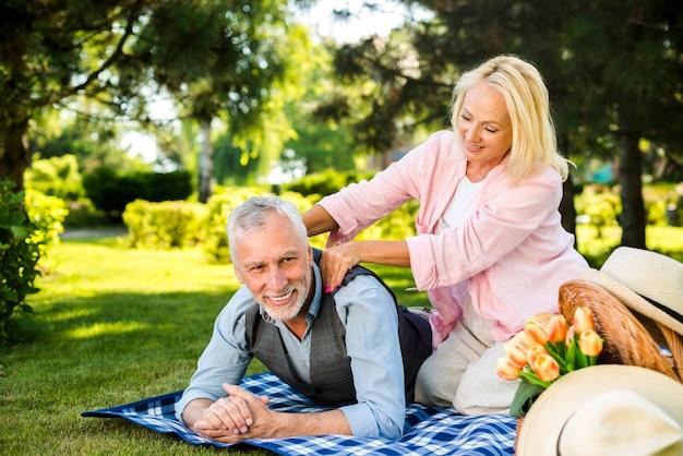 Vrouw die massage aan zijn man maakt