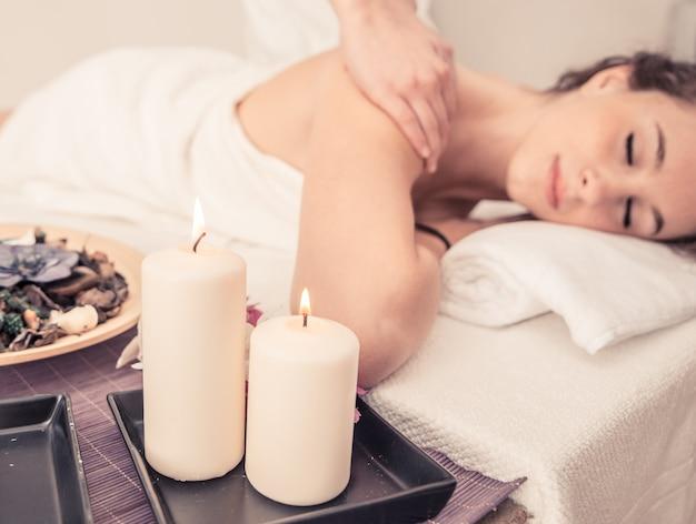 Vrouw die massage in een schoonheidszaal maakt.