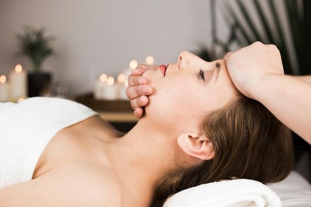 Vrouw die massage in kuuroordcentrum ontvangt