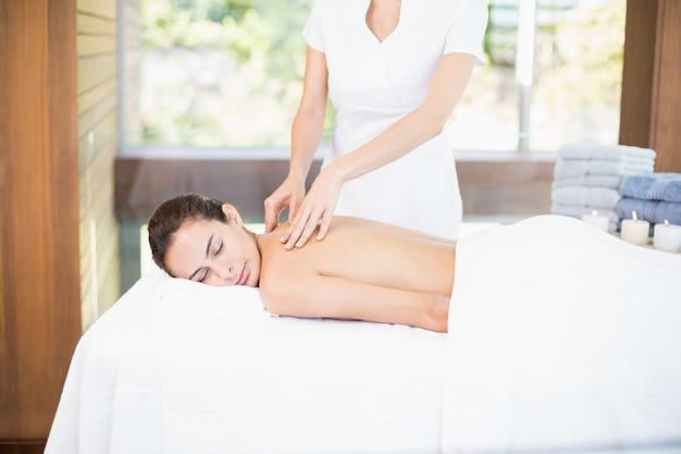 Vrouw die massage ontvangt van vrouwelijke masseur