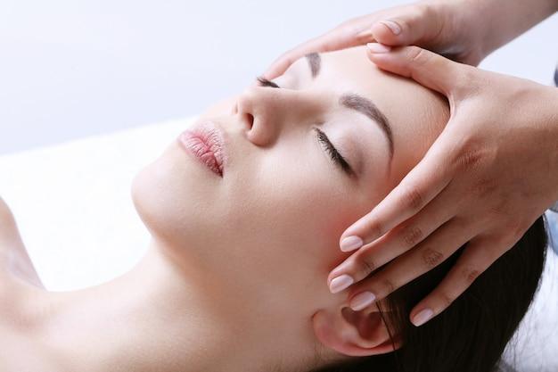 Vrouw die massage op een kuuroordcentrum ontvangt