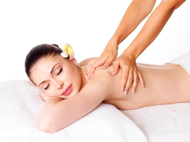 Vrouw die massage van lichaam in de kuuroordsalon heeft. schoonheidsbehandeling concept.