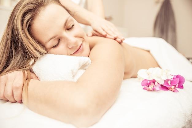 Vrouw die massages in een schoonheidssalon maakt
