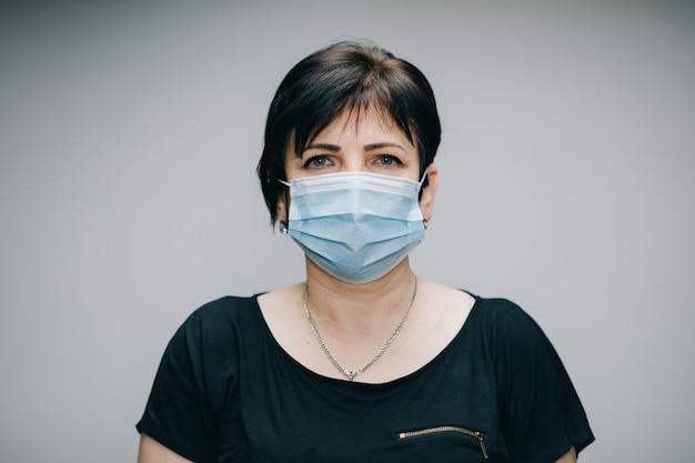 Vrouw die medisch masker draagt tijdens coronavirus covid-19 epidemie. zieke vrouw die bescherming draagt tijdens pandemie.