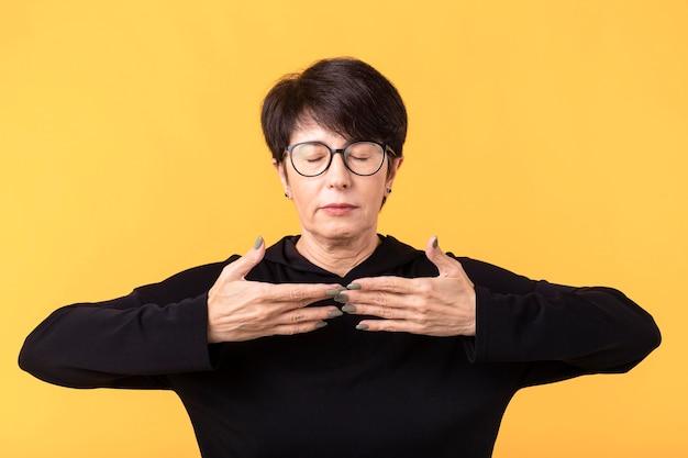 Vrouw die mediteert om te herstellen van het coronavirus