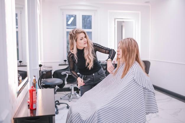 Vrouw die meisje in salon behandelt