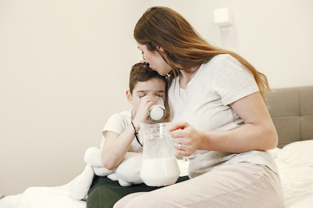 Vrouw die melk geeft aan haar zoon.