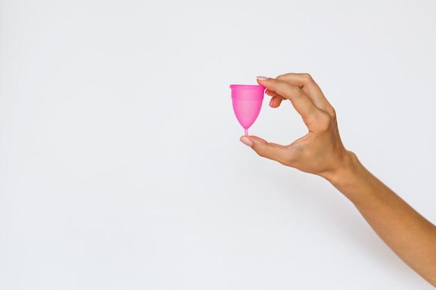 Vrouw die menstruatiecup houdt