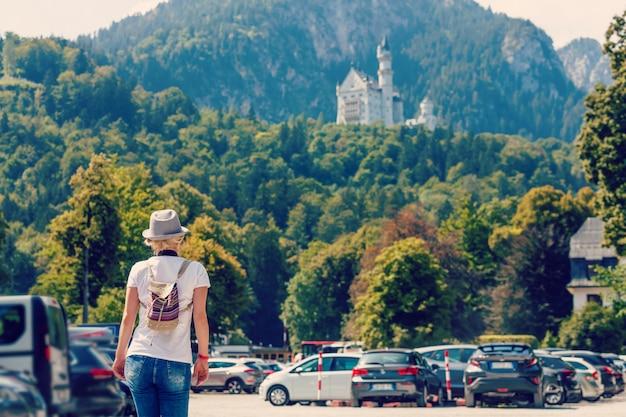 Vrouw die met autosleutels loopt in het ondergrondse parkeren van het kasteel