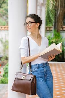 Vrouw die met boeken over haar toekomst leert
