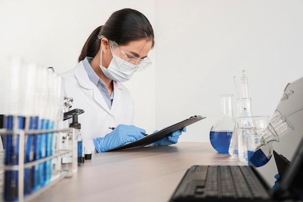 Vrouw die met chemische stoffen werkt