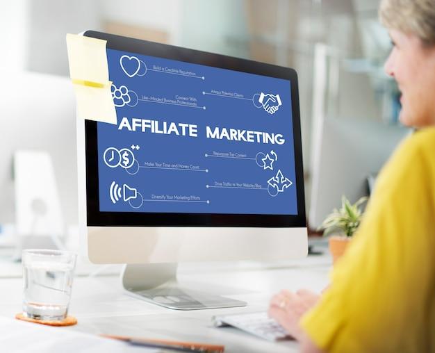 Vrouw die met computer werkt. affiliate marketing.