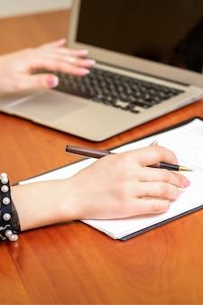 Vrouw die met de documenten werkt