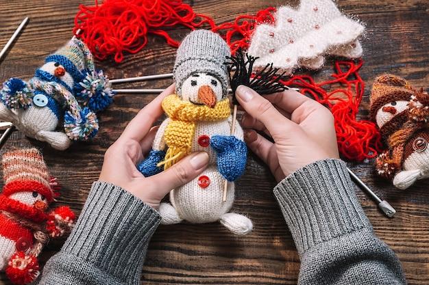Vrouw die met de hand gemaakt kerstmisspeelgoed maakt