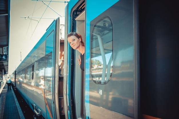Vrouw die met de trein reist