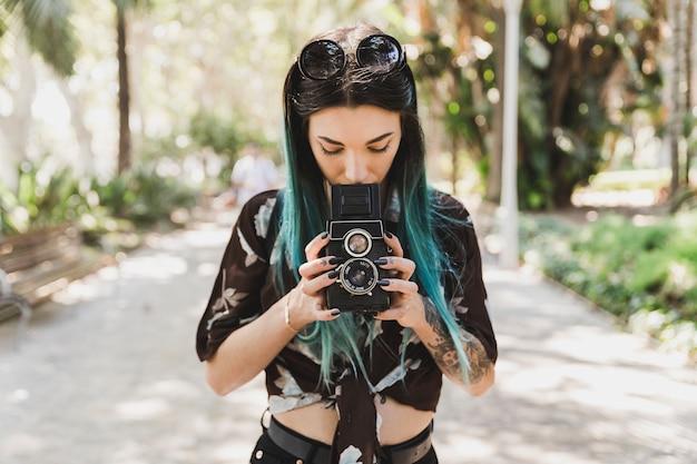 Vrouw die met de tweeling lens reflex oude fotocamera fotograferen