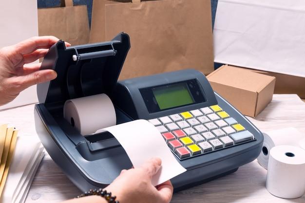 Vrouw die met electoronic cash register werkt