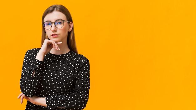 Vrouw die met exemplaar-ruimte denkt