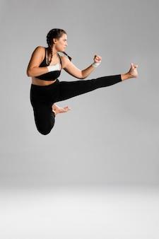 Vrouw die met exemplaar ruimteachtergrond springt
