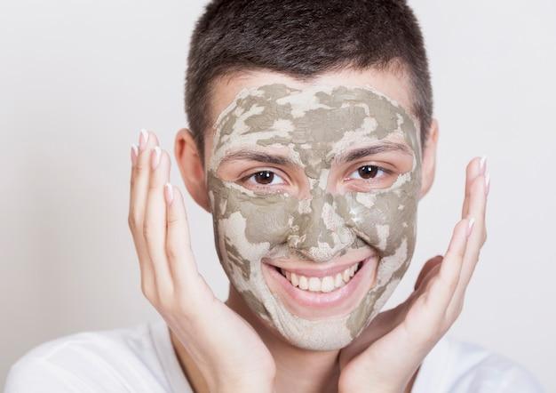 Vrouw die met gezichtsmasker het cameraclose-up bekijkt